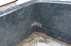 石のズレ防止に石材用ステンレスL字金具を使用