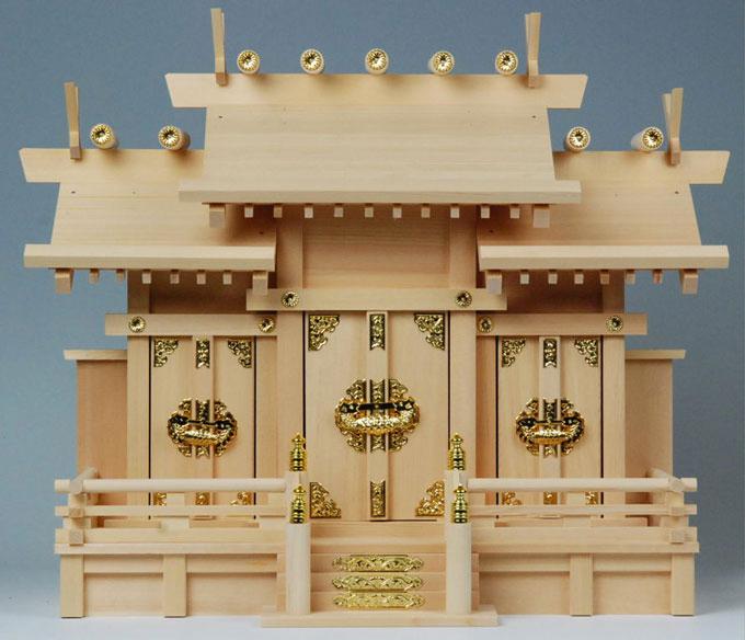 家庭に神棚を設けるのは、その家の繁栄と平和を祈るためです。